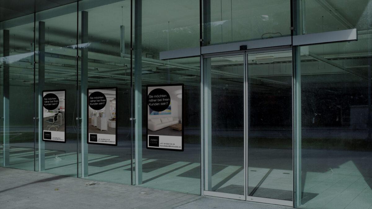 Digitale Infotafel in Schaufenstern zu Bewerbung von Leerständen