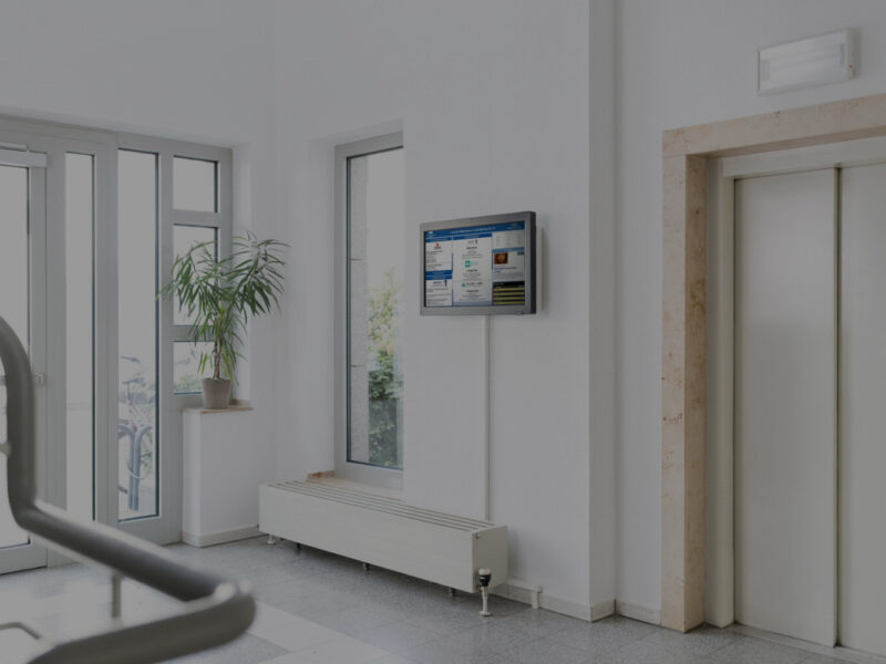 digitale Infotafel vor Lift Hauseingang Mieterkommunikation