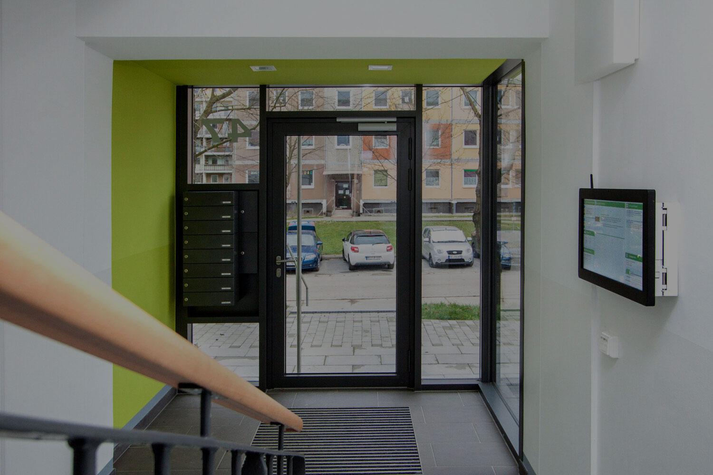 digitale Haustafel im Hauseingang Schweiz